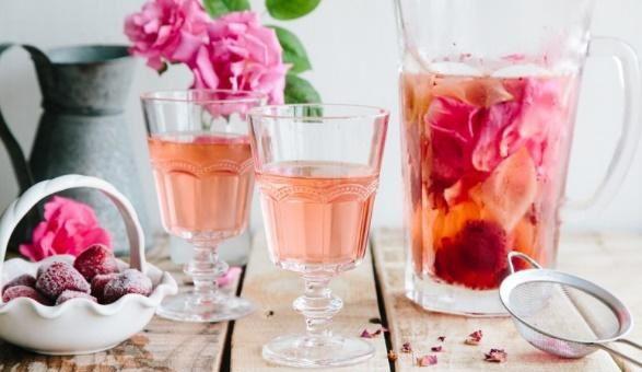 Recept Osvěžující limonáda sjahodami, malinami a růží